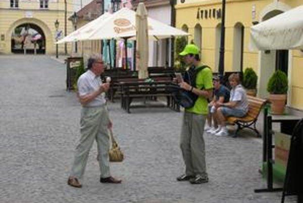 Mladý kolportér v uliciach medzi Prešovčanmi.