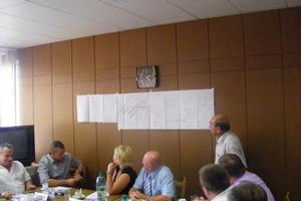 Imrich Bednár. Vedúci odboru výstavby (stojí) pedstavil poslancom na koordinačnom výkrese pôvodnej lokality aj navrhovanú novú lokalitu na výstavbu rómskych bytov.