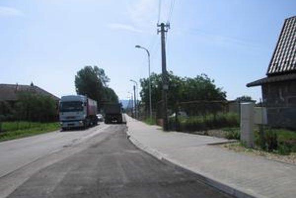 Nový chodník. Mesto investovalo do chodníka 220-tisíc eur (6,6 mil. Sk).