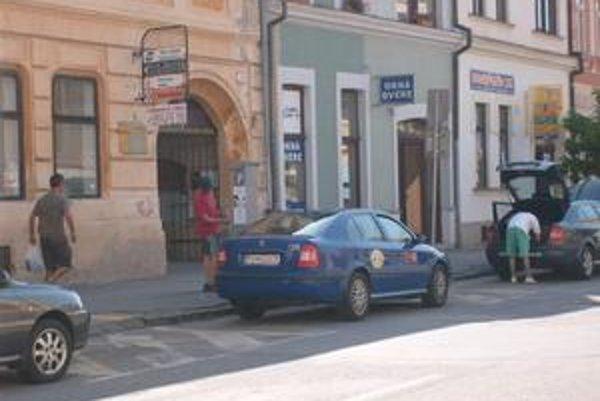 Slovenská ulica. Parkovanie je drahšie ako v centre Bratislavy.