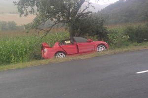 Havarované auto. Pretekár v ňom sa vážne zranil.