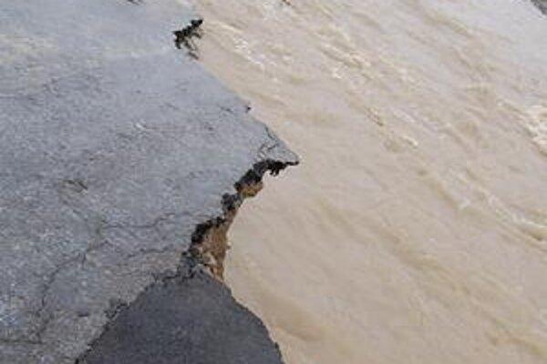 Zničená cesta. Voda neušetrila ani pozemné komunikácie.
