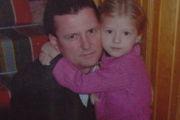 Otec so Saškou. Michal bol vážne zranený, cítil však, že Sašky niet, hoci mu to nepovedali.
