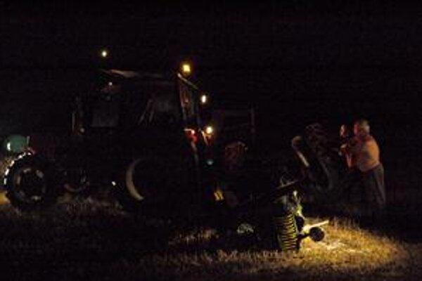 Prevrátený traktor. Museli ho dostať na kolesá.