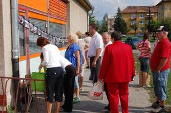 Ukončenie petície. V sobotu využili možnosť podpísať sa za vyhlásenie referenda aj nakupujúci.