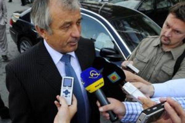 Minister pôdohospodárstva Stanislav Becík prichádza na výjazdové rokovanie vlády SR v Svidníku.