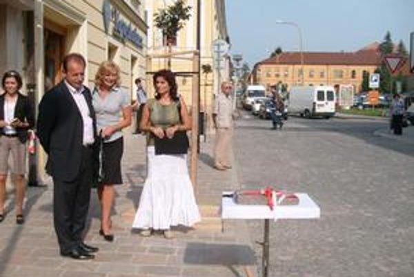 Primátor Hagyari na Metodovej ulici osadil dlaždicu s odtlačkom chodidla.