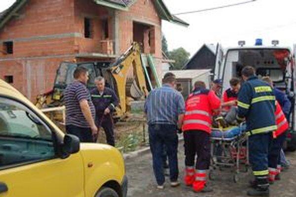 Záchranná akcia. Zraneného muža vytiahli z jamy pomocou lán hasiči.