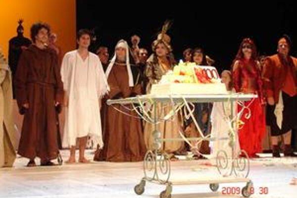 Klaňačka. Stá repríza muzikálu František z Assisi sa práve skončila.
