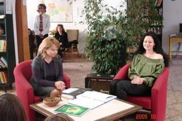 Krst knihy. Ako vznikli Príbehy nášho lesa deťom priblížila spisovateľka Adrianna Varigová (vpravo).