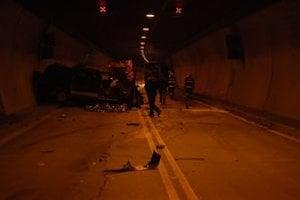 V tuneli Branisko došlo k ťažkej havárii, zomreli dvaja ľudia.