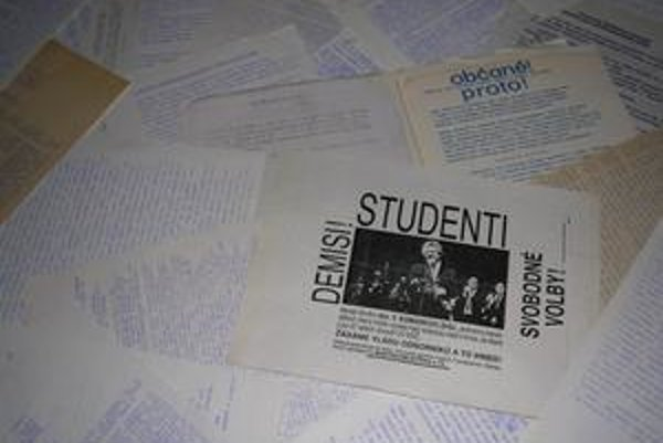 Letáky. Prepisovali adistribuovali ich hlavne vysokoškoláci.
