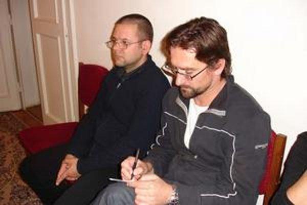 Zľava Marek Božík a Mário Hudák. Členovia občianskej iniciatívy Park v meste na rokovaní mestského zastupiteľstva.