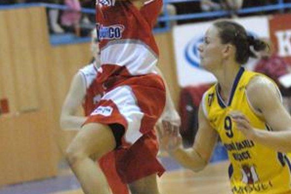 Strelkyňa J. Risperová (s loptou) patrí k prešovským oporám.
