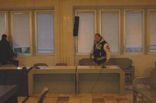 V súdnej sieni. Jozef Kužma ml. (vpravo) pred začiatkom pojednávania.