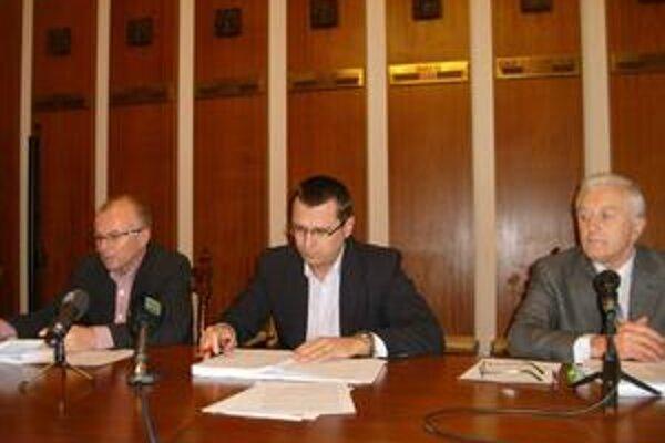 Mestská rada. Prednosta J. Višňovský (uprostred) má na výhrady iný názor ako poslanci A. Bidovský a A. Neupauer