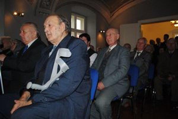 Politickí väzni. Michal Čižmárik (v popredí) a ďalší prevzali veteránske preukazy.