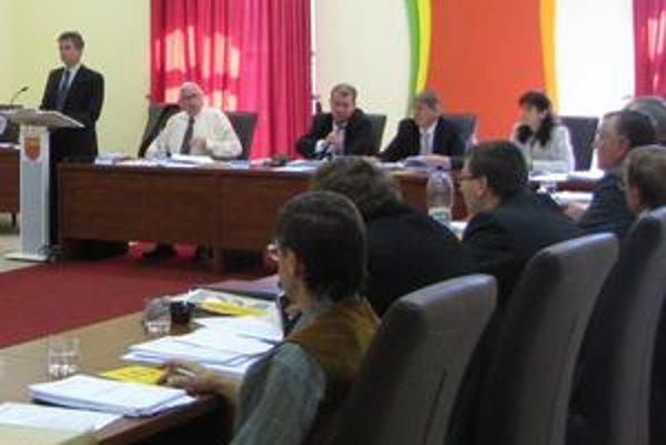 Mestské zastupiteľstvo. Poslanci schválili okresanie dotácii neziskovým organizáciám.