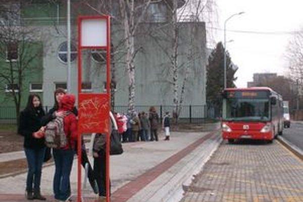 Po Okružnej ulici dnes prešli prvé autobusy MHD. V oboch smeroch pribudli po dve zastávky, jedna z nich za hádzanárskou halou pod Floriánovou bránou.