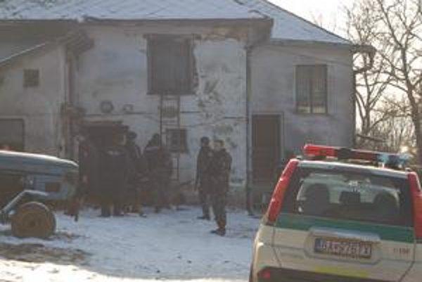 Ozbrojení policajti prehliadali dom dvakrát. Včera v ňom podozrivého našli - obeseného.