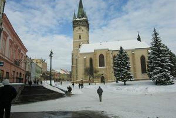 Centrum mesta. Chodníky v centre boli včera od snehu upratané.