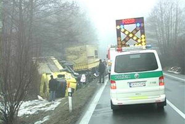 Rumunský kamionista to včera na ceste nezvládol.