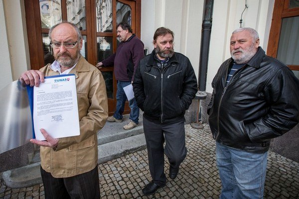 Šéf Únie autodopravcov Milan Laurinec (vľavo) ešte ráno odovzdal požiadavky kamionistov na Úrade vlády. Neskôr oznámil, že ich na čas nebude zastupovať.