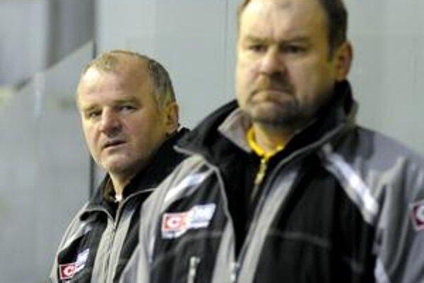 Tréneri P. Křemen (v popredí) s I. Libom pred finále napätí.
