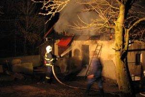 Zhorela nová strecha. Starček spal vo vnútri, zachránili ho susedia.
