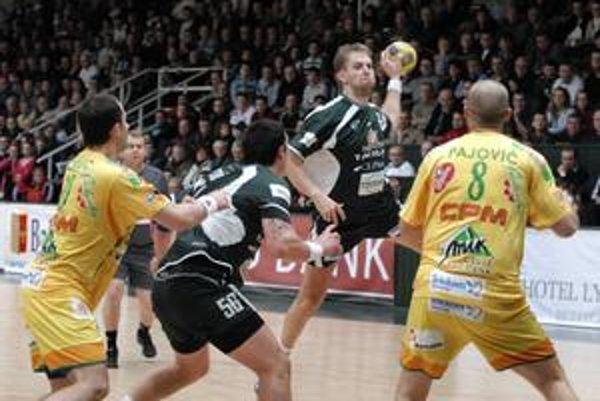 Marián Huňady. Hráč Tatrana (s loptou) v ostatnom zápase v Trnave nehral.