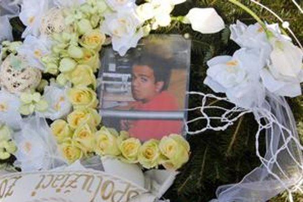 Veniec od spolužiakov. Na pohreb DJ Ferca prišlo množstvo mladých. Hendikepovaný mladý muž bol veľmi obľúbený.