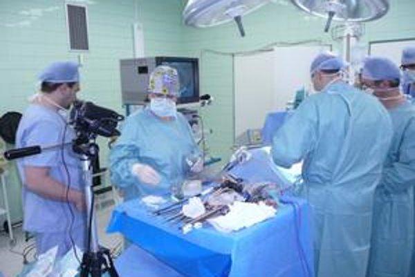 Unikátna operácia. Aj prešovskí lekári budú laparoskopicky operovať rôzne urologické anomálie.