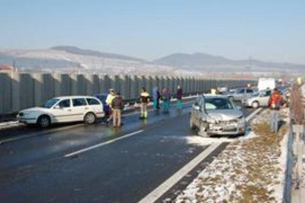 Nehody pre klzkú cestu. Cez víkend má opäť snežiť a mrznúť. Preto si na cestách dávajte pozor.