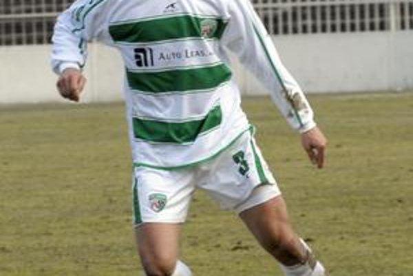 David Čep si na futbalovom trávniku do lopty tak skoro nekopne.