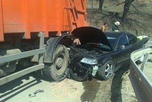 Zakliesnené auto. Nehoda sa stala podľa svedkov vo chvíli, keď osobné auto plánovalo predbiehať a nákladné odbočovalo.