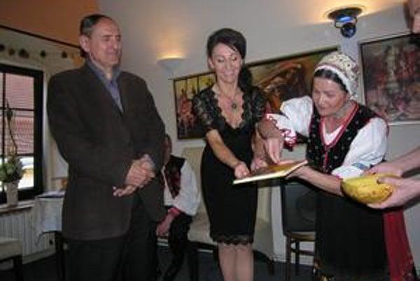 Netradične - korálkami. Zľava Karol Horák, Naďa Jurkovská-Sikorjaková a Mária Mačošková.