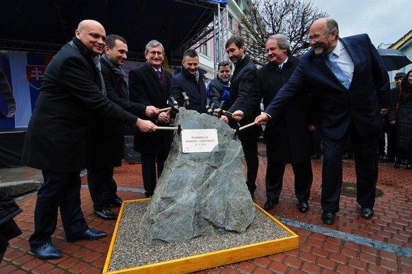 Nedávno minister dopravy Ján Počiatek slávnostne odštartoval výstavbu úseku diaľnice, ktorý postaví konzorcium, čo s cenou výrazne podliezlo štátne odhady.