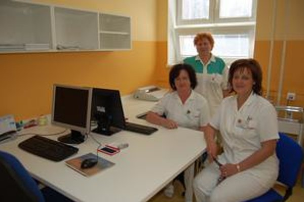 Sestričky. Vrchná zdravotná sestra Božena Sokolová a jej kolegyne Janka Ničová a Renáta Vasilišinová sa zo zmodernizovaných priestorov a zariadenia tešia.