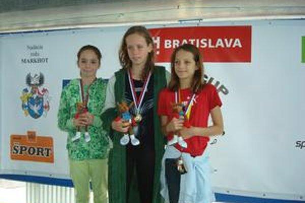Dekorovanie. Prvá zľava je Nina Fürješová pri vyhlasovaní výsledkov na 200 m motýlik.