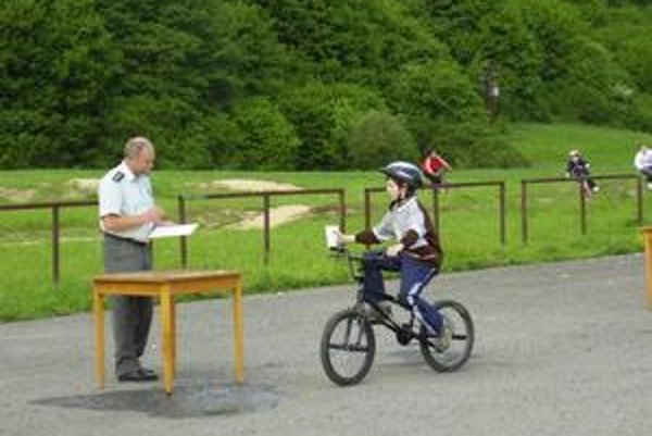 Dopravná súťaž. Zúčastnilo sa jej 14 družstiev zo Stropkovského okresu.