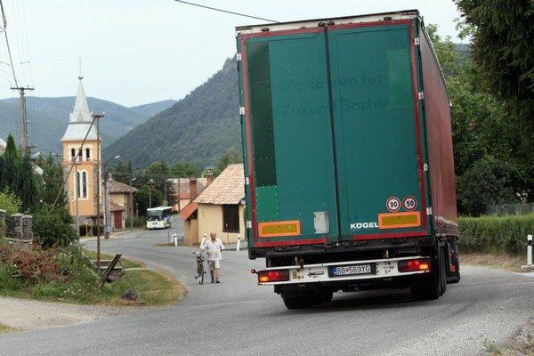 Od januára sleduje mýtny systém kamióny aj na cestách druhej a tretej triedy. Štát chce zistiť, či prechádzajú dedinami oprávnene.