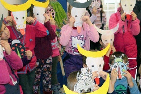 Deti si v Hornonitrianskom múzeu v Prievidzi vyrobili masky.