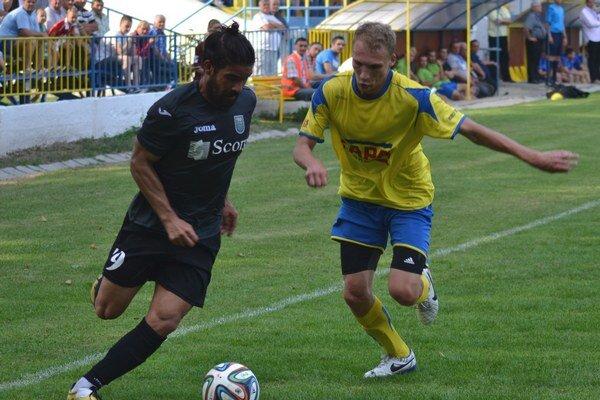 V súboji s Liptákmi otvoril skóre. Gól Emila Lukáča (vpravo) však Slavoju na body nestačil.
