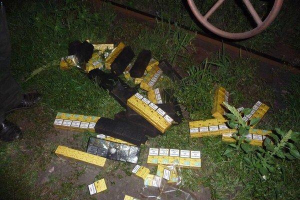 Colníci našli v podvozkoch nákladného vlaku idúceho po širokorozchodnej trati z Ukrajiny do Slovenska a Čiech v Čiernej nad Tisou 31 680 kusov pašovaných cigariet.