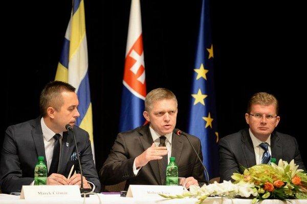 Na snímke tlačová konferencia po ukončení rokovania, zľava primátor Trebišova Marek Čižmár, predseda vlády SR Robert Fico a minister životného prostredia SR Peter Žiga.