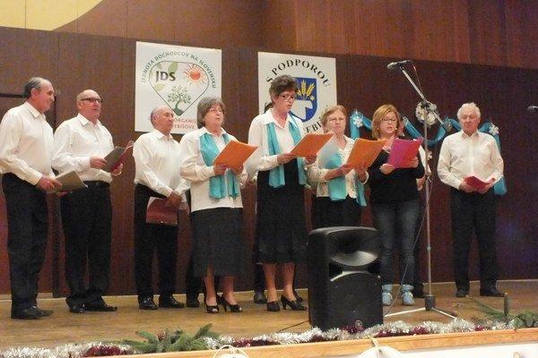 Folklórna skupina Parobci z Dvorianok. Pri koledách im pomáhali speváčky.