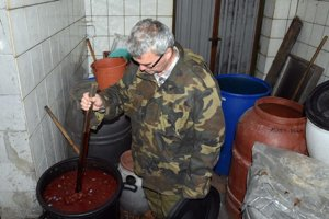 Majiteľ pálenice Martin Puzder pri kontrole ovocného kvasu.