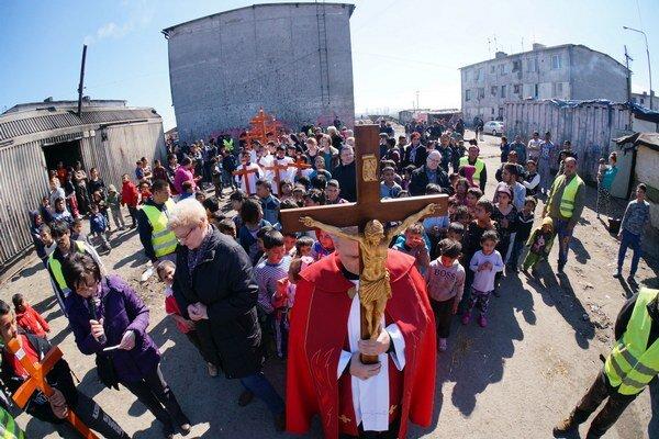 Krížová cesta v trebišovskej rómskej osade na Veľký piatok 25. marca 2016. V čele sprievodu kráčal rímskokatolícky kňaz Jozef Gnip z trebišovského farského úradu.