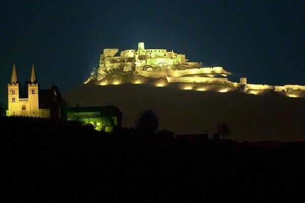 Spišský hrad sa počas sobotňajšej noci ponorí do tmy.