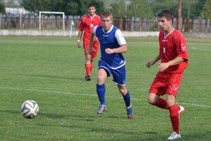 Na trávniku nechýbal ani vjednom zápase. Skúsený Erik Takáč (v modrom) ťahal mužstvo aj strelecky.